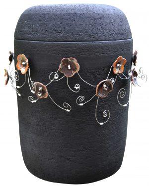 Kunstvolle Urne mit Blumenranken